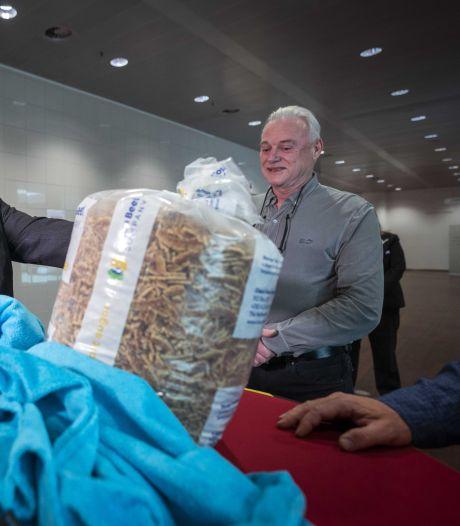 Veldhovense standwerker overhandigt petities én stroopwafelkruimels aan Bruls: goede hoop dat niet-levensmiddelen weer de markt op mogen