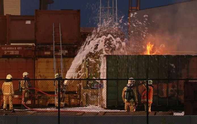 De brandweer blust nog steeds met fluorhoudend schuim bij industriebranden of containers die chemische stoffen bevatten omdat er nog geen adequaat alternatief bestaat.