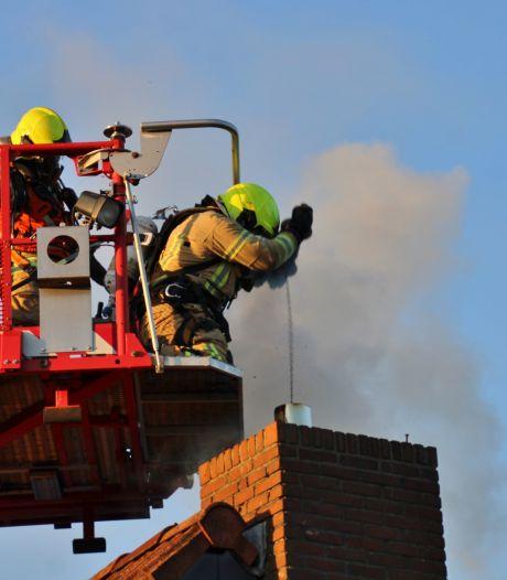 Bewoners ontdekken brand in schoorsteen, Molendijk bij Zuidland enige tijd afgesloten