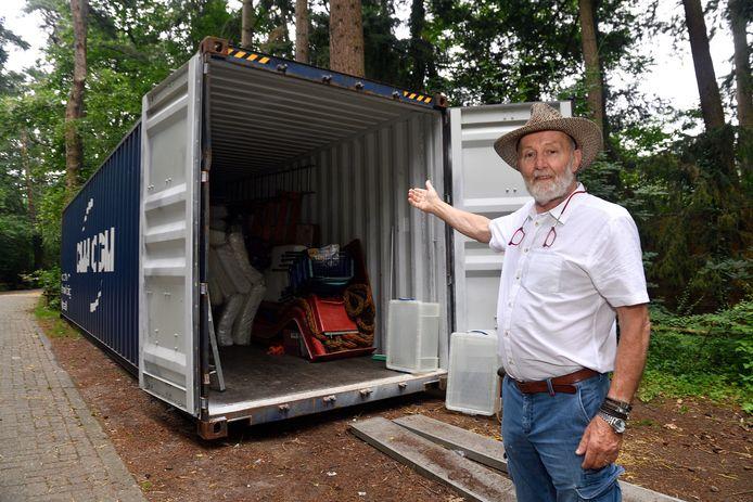 Marjo Hoedemaker van DierenPark Amersfoort bij de container voor Congo.
