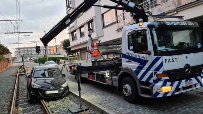 Oeps: auto rijdt zich vast op tramsporen