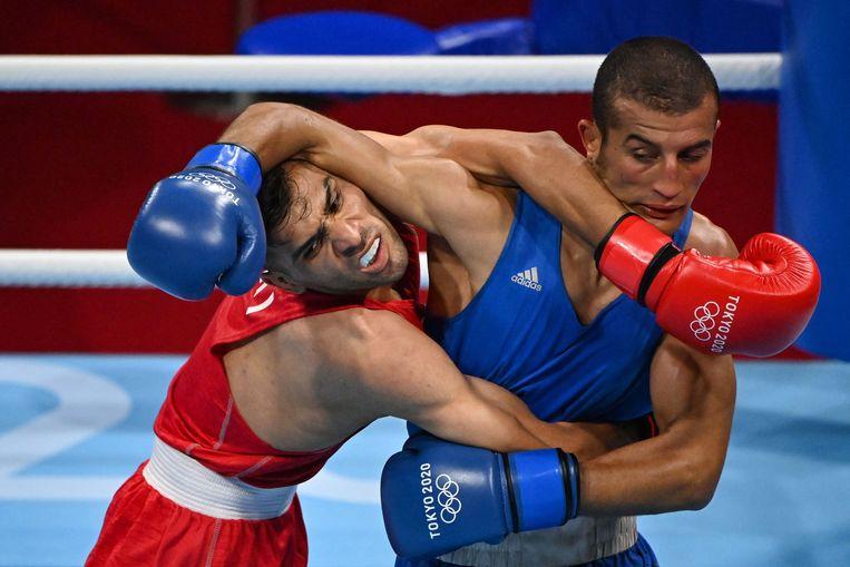 Daniyal Shahbakhsh (rood) uit Iran en Mohamed Hamout uit Marokko vechten tijdens hun bokswedstrijd voor mannen (52-57 kg) tijdens de Olympische Spelen van Tokio 2020 in de Kokugikan Arena in Tokio op 24 juli 2021. Beeld AFP