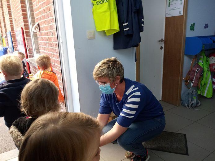 Parlementslid en onderwijsexperte Loes Vandromme (CD&V) zelf aan de slag in basisschool De Kastanje in Poperinge.