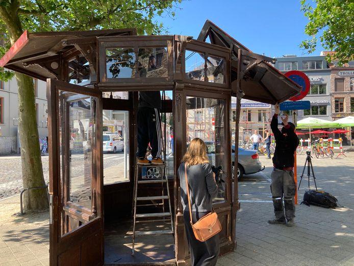 De kiosk op het Walter De Buckplein wordt afgebroken
