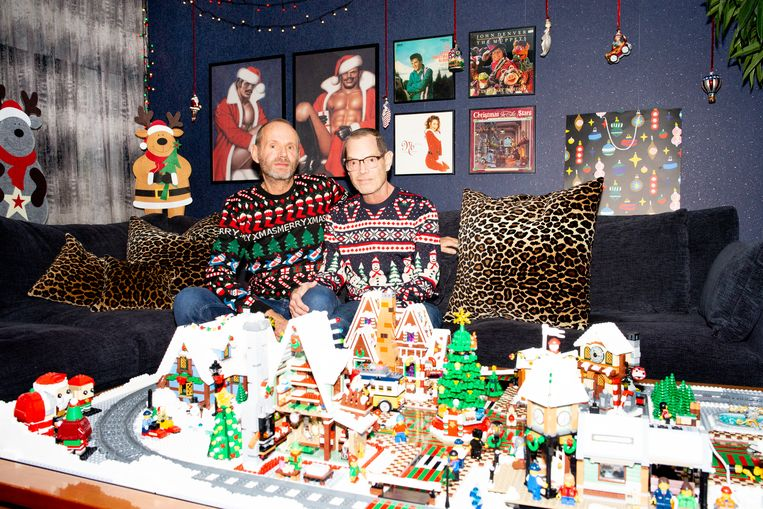Jan Greeve en Jim Lee met het kerstdorp van Lego. Beeld Marjolein van Damme