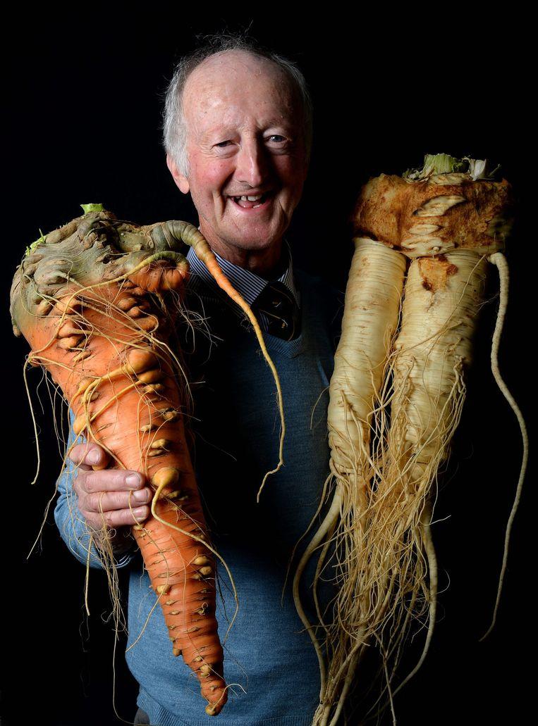De Britse tuinder Peter Glazebrook met wortel en pastinaak in 2015. Beeld Getty