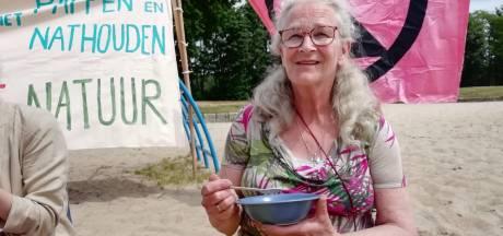 Actievoerders delen rijstepap uit want: 'natuurbeleid provincie is pappen en nathouden'
