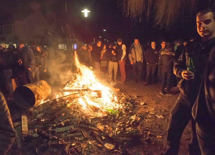 """,,Het wordt een geweldige uitdaging"""", zegt de Kapelse burgemeester Fons Naterop over de komende jaarwisseling. Gezellig een biertje drinken bij een vreugdevuur en wat kletsen met bekenden, zoals op de foto, is er voor jongeren dit jaarr ook niet bij."""