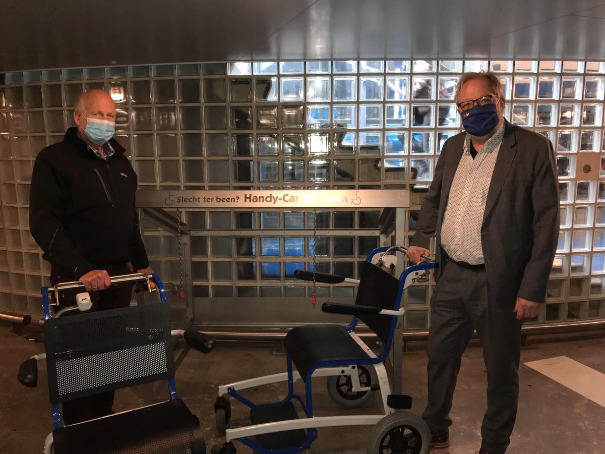 Wethouder Kees van Aert (links) en Auke Porte van de Stichting Handy Care bij de plek in de parkeergarage waar de rolstoelen gestald staan.