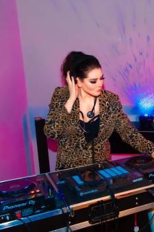 Dit heb je nog nooit gezien: arts Nathalie mixt muziek terwijl ze met hoge hakken (!) op de loopband loopt
