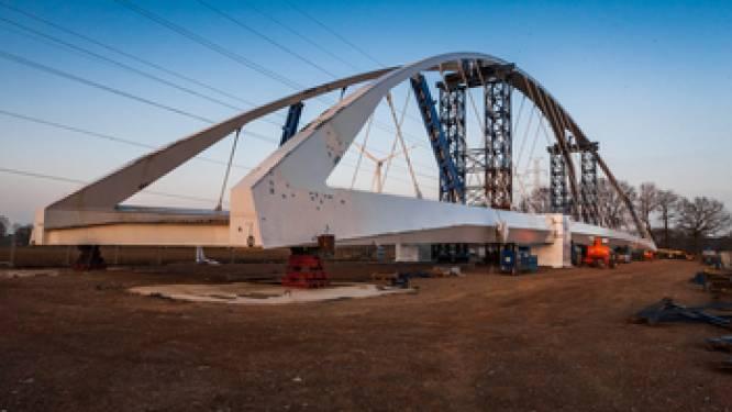 Nieuwe stalen boogbrug tussen Laakdal en Meerhout wordt over een maand ingevaren