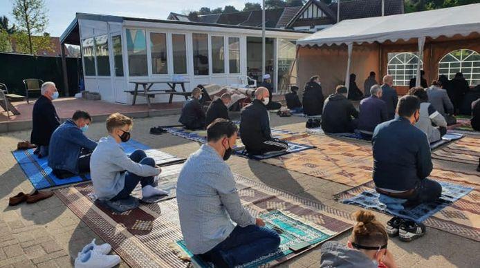 Het gebed in Eisden aan de Tevhid Moskee vond plaats in open lucht.