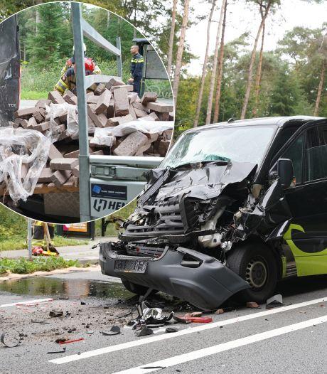 Asfalt bezaaid met klinkers, olie en auto-onderdelen na ongeluk door te laat remmende bestelbus