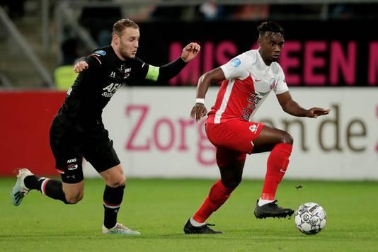 Jean-Christophe Bahebeck (r) in duel met AZ-captain Teun Koopmeiners.