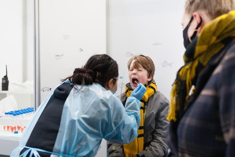 Volgens de GGD is de ondiepe neustest niet pijnlijk en duurt het slechts een paar tellen.  Beeld Nina Schollaardt