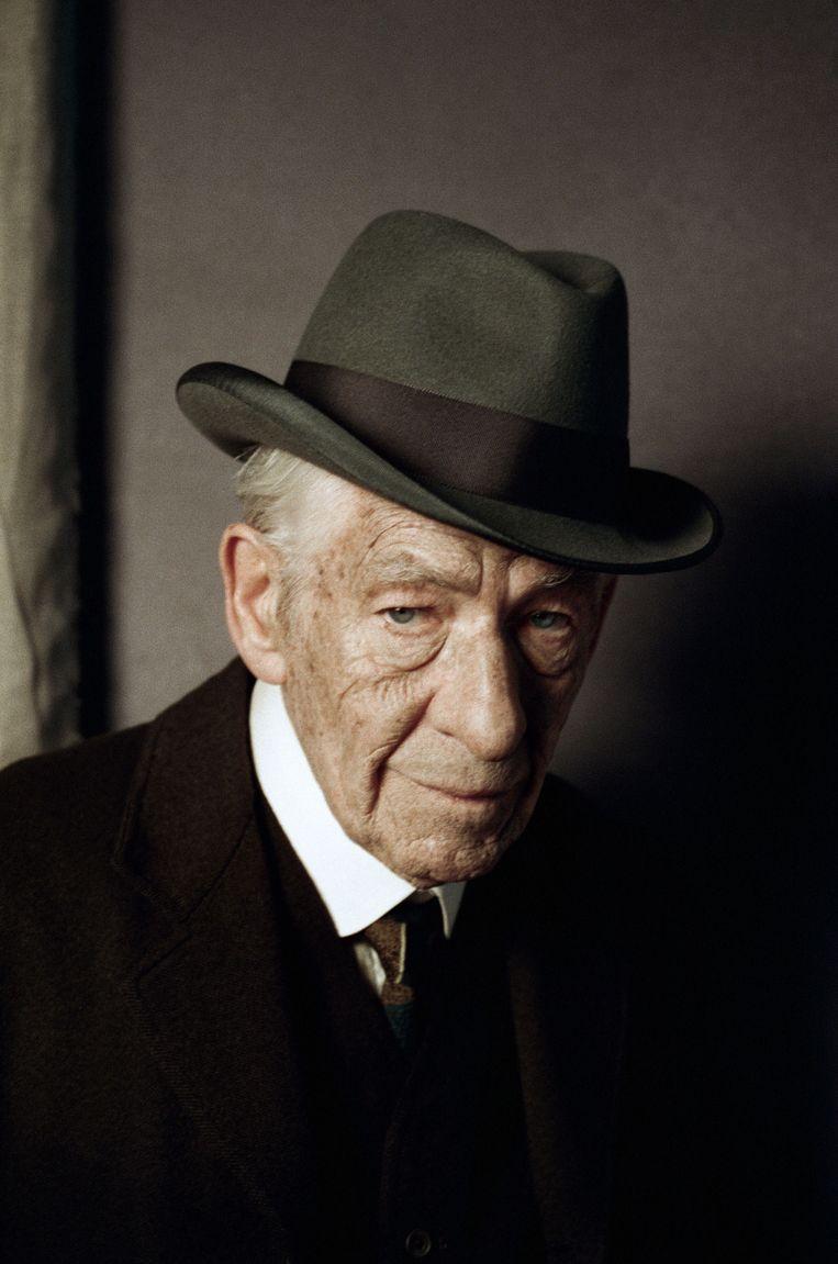 Ian McKellen in de rol van oude, kwetsbare speurneus in 'Mr Holmes', de nieuwe film van Bill Condon over Sherlock Holmes. Beeld kos.