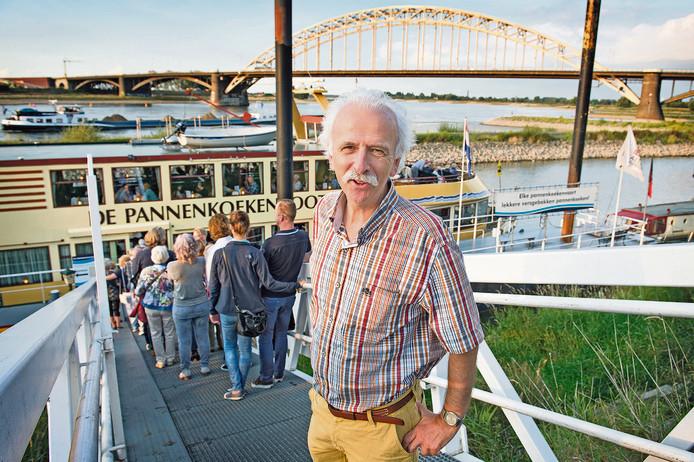 Redacteur Rob Jaspers bij de Pannenkoekenboot op de Nijmeegse Waalkade.