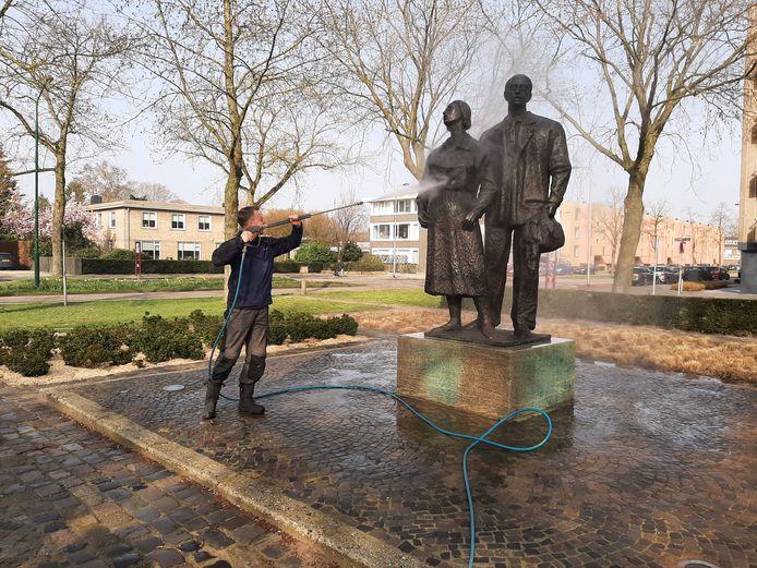 Het Joods monument aan de Nieuwe Hescheweg in Oss wordt door Joost Frerichs van Kunstwacht schoongemaakt voor de jaarlijkse 4 mei-herdenking.