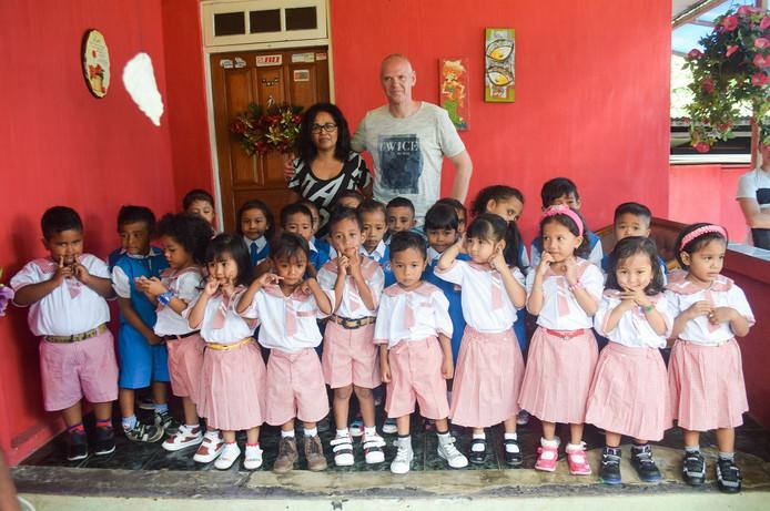 Karla Taniwel en Wilfred Vreeke op bezoek bij het schooltje Gilgal in Halong op Ambon.
