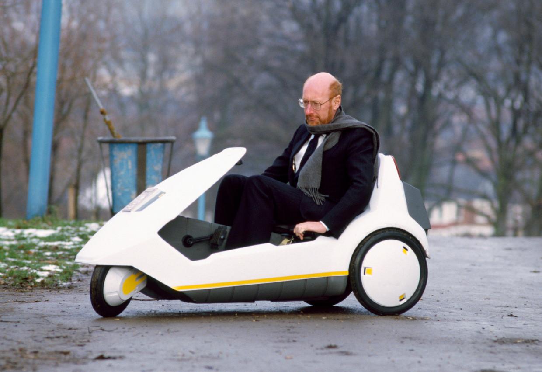 Sir Clive Sinclair in zijn elektrische C5, 1985. Beeld Getty