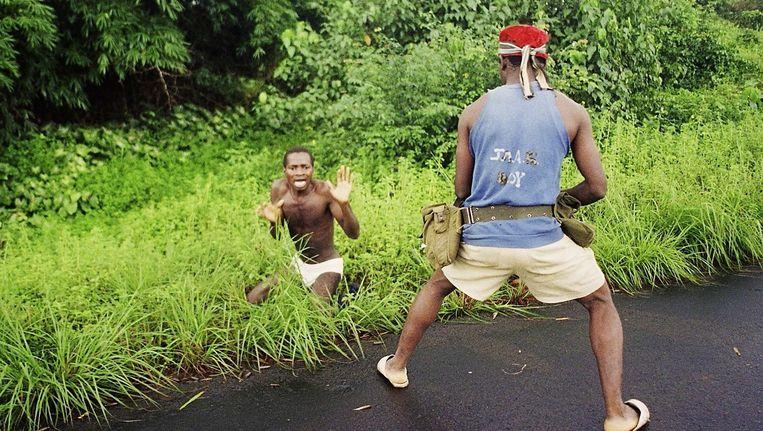 Een standrechtelijke executie in Liberia tijdens een van de bloedige burgeroorlogen daar, met honderdduizenden doden en talloze oorlogsmisdaden. Beeld Joel Robini/Belga Images
