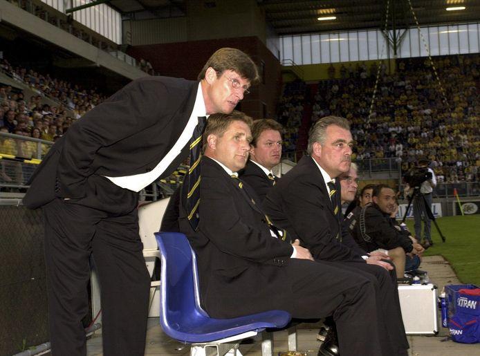 Trainersbank tijdens de kampioenswedstrijd van voetbalclub NAC tegen RBC, 2000. Assistent Lokhoff naast trainer Zwamborn.