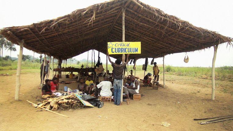 Renzo Martens organiseert in Congo workshops met zijn Instituut voor Menselijke Activiteiten. Beeld IHA