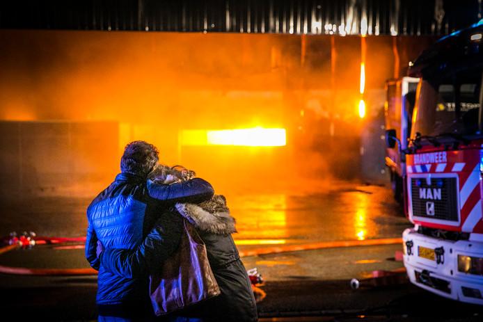 Medewerkers van het bedrijf kijken verslagen naar de vuurzee in Aalten.