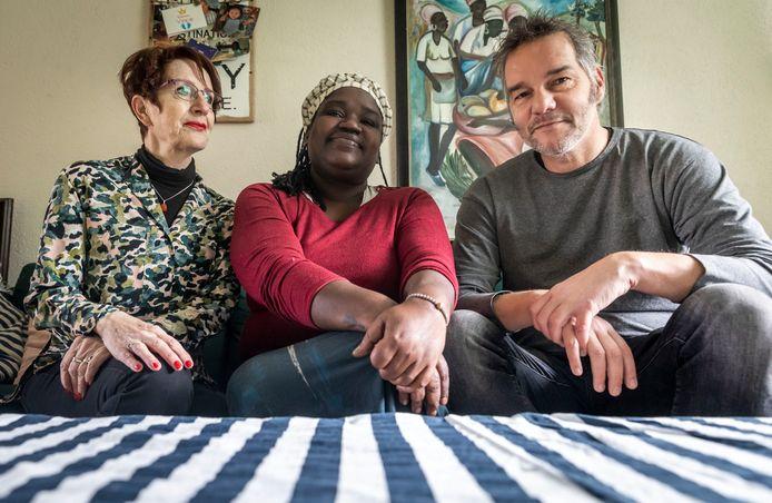 Berdien Borgers (l) haar pleegdochter Caro Niang en hulpverlener Joan Versantvoort.