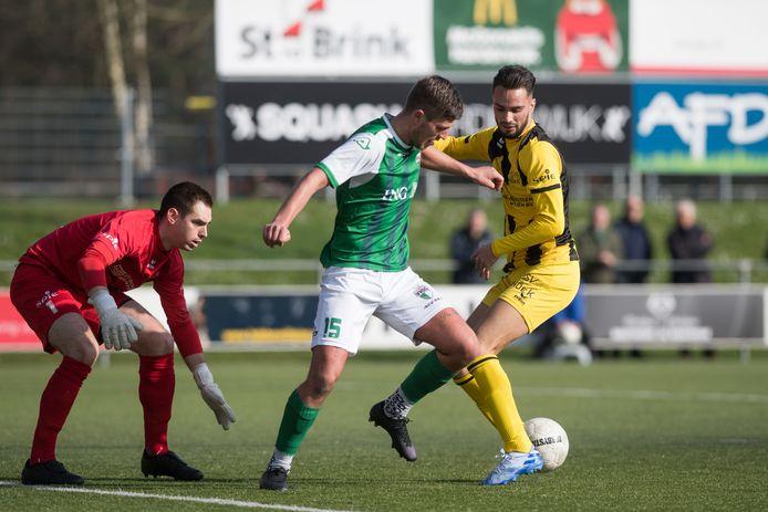 Yannick Bouw namens VVOG in het groen in actie tegen Hoek. Na de zomer keert hij terug bij Veensche Boys.