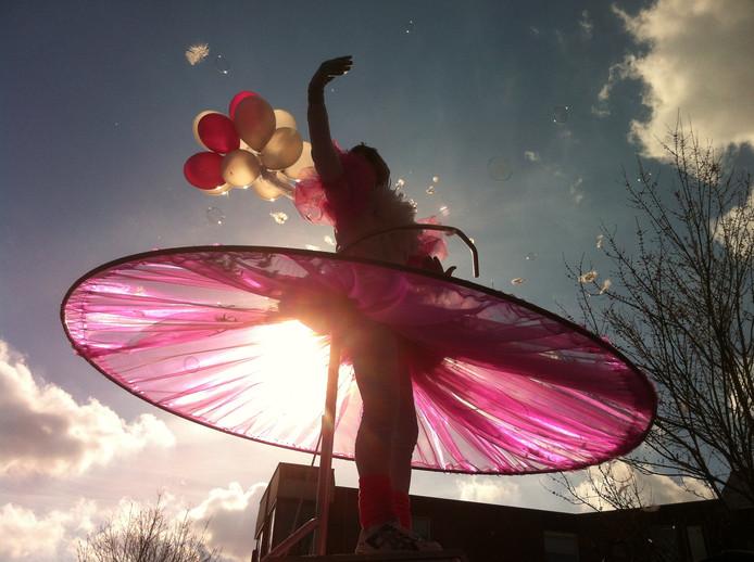 De Grote Sallandse Optocht was in 2014 een zonovergoten kleurrijk schouwspel. Het leverde deze foto op van 'Hou 'm in de lucht' van V.O.F. Laplavé (Lappen Plakken Verven) uit Raalte.