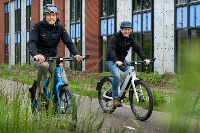 Kobe Broos (l) en Frank Westdorp met op de achtergrond het nieuwe pand van de Zwitserse speed pedelecproducent Stromer langs de weg Treurenburg in Den Bosch.
