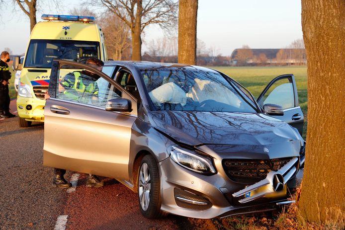 Een vrouw is gewond geraakt bij een ongeluk op de Hapseweg in Wanroij.
