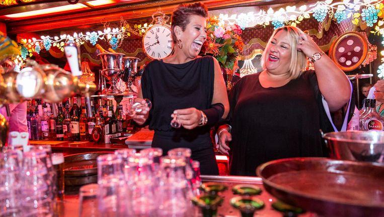 Eigenaar Anne-Marie Grijzenhout (links): 'Mijn oma vond dat een café er zo uit moest zien' Beeld Dingena Mol