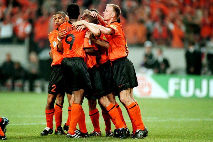Feest bij Oranje op het EK van 2000 na de late goal van Frank de Boer.