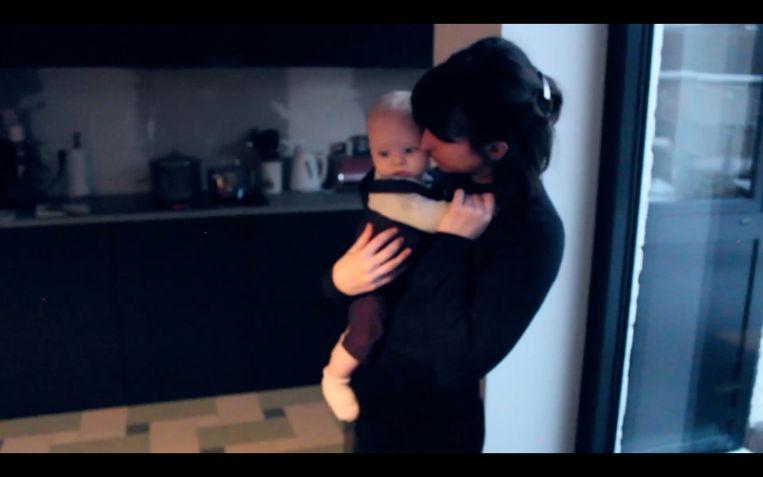 Beeld uit de clip van 'One Day', waarin de vrouw van Gertjan Van Hallemont, alias Douglas Firs, figureert samen met hun zoontje Georges.  Beeld RV