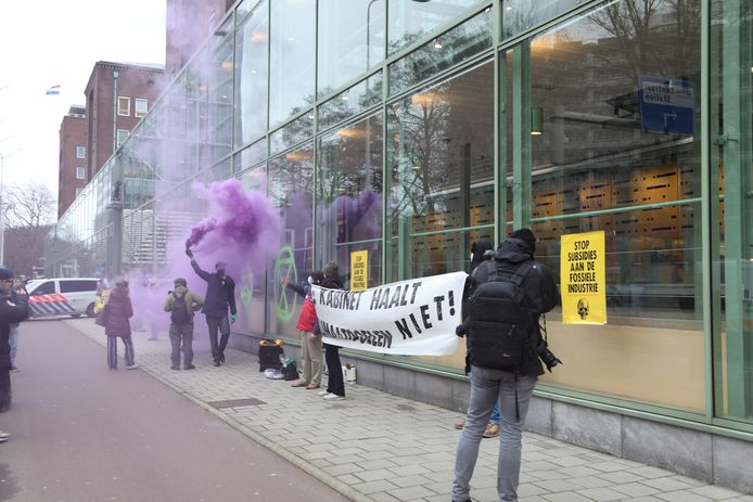 Zo'n 15 activisten van Extinction Rebellion zijn door de Haagse politie afgevoerd naar het politiebureau.