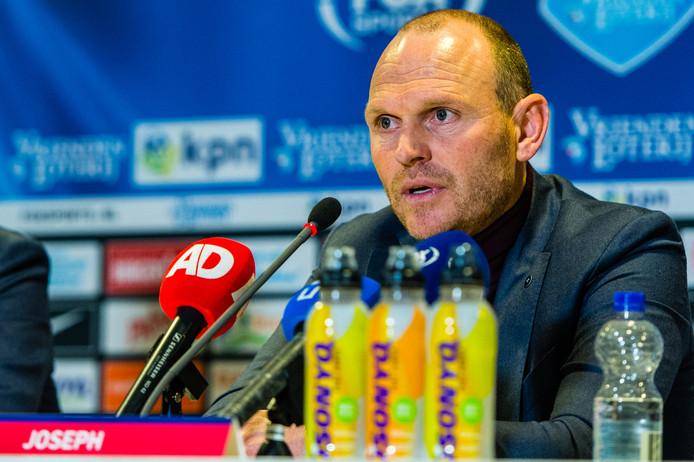 Joseph Oosting bij de persconferentie na afloop van Vitesse tegen Feyenoord.