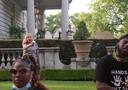 Patricia McCloskey en haar echtgenoot Mark McCloskey trekken hun wapens wanneer vreedzame demonstranten hun huis passeren terwijl ze op weg zijn naar de woning van burgemeester Lyda Krewson, in St. Louis, Missouri.