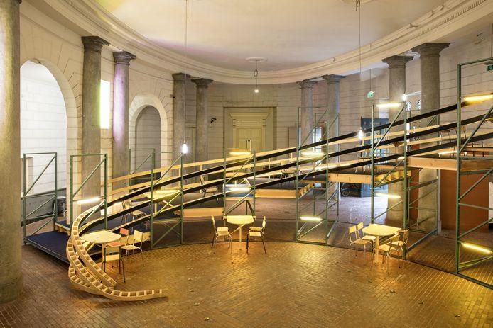 In deze open maar overdekte ruimte in de Opera vlakbij de Kouter kan je voortaan even zitten.