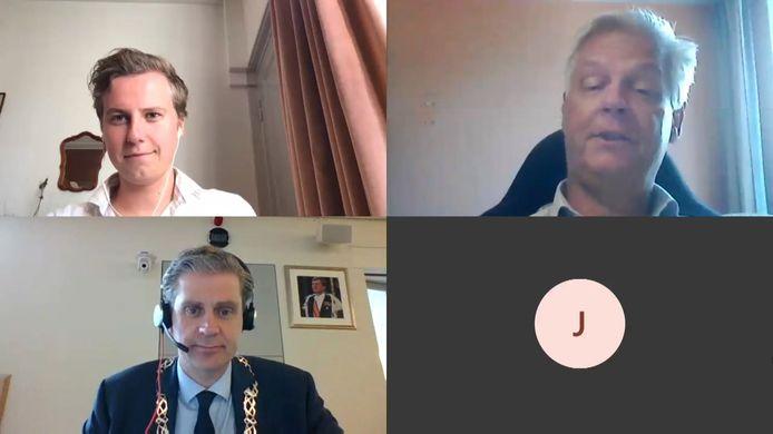Een digitale vergadering van de Dordtse gemeenteraad, met burgemeester Wouter Kolff (linksonder), Rolin den Heijer (VVD, linksboven) en Wim van der Kruijff.