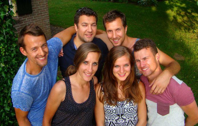 De kinderen van het Brummense gezin Niewold: van links naar rechts Odulf, Lidwina, Michaël, Julian, Astrid en Tallander. Laatstgenoemde zat aan boord van het vliegtuig met vluchtnummer MH17.
