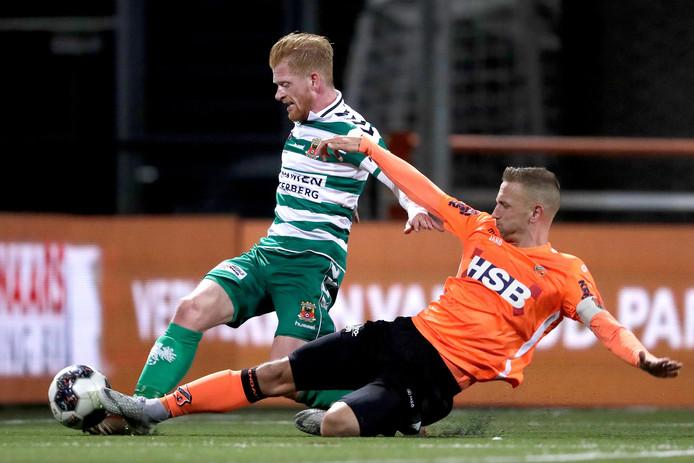 Richard van der Venne trotseert een tackle van Volendammer Kevin Visser.