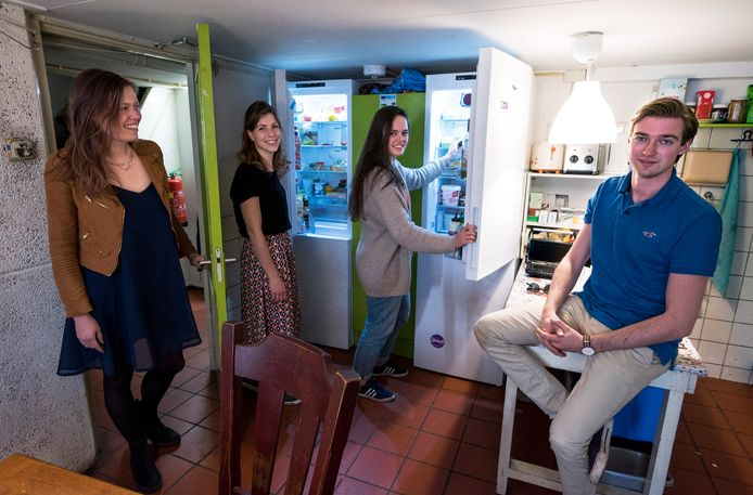 De Utrechtse studenten Ianthe (links), Lisette, Birte en Guido doen mee aan een landelijke wedstrijd om zoveel mogelijke elektriciteit en gas te besparen.