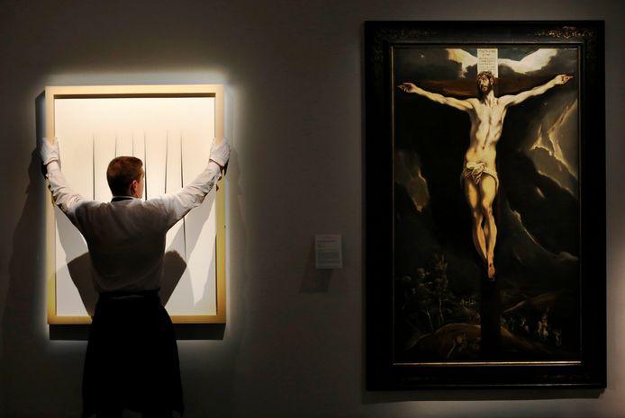 Links een soortgelijk werk van Lucio Fontana, uit de serie Concetto spaziale.