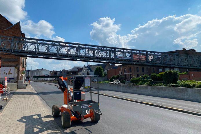 Een tijdelijke voetgangersbrug ter hoogte van de Zakveldweg in Geraardsbergen moet de hinder door de werken aan de Wijngaardbrug beperken.