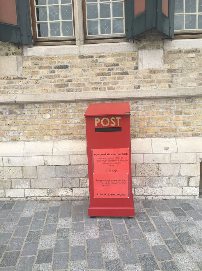 In deze brievenbus mag je post stoppen voor senioren en alleenstaanden