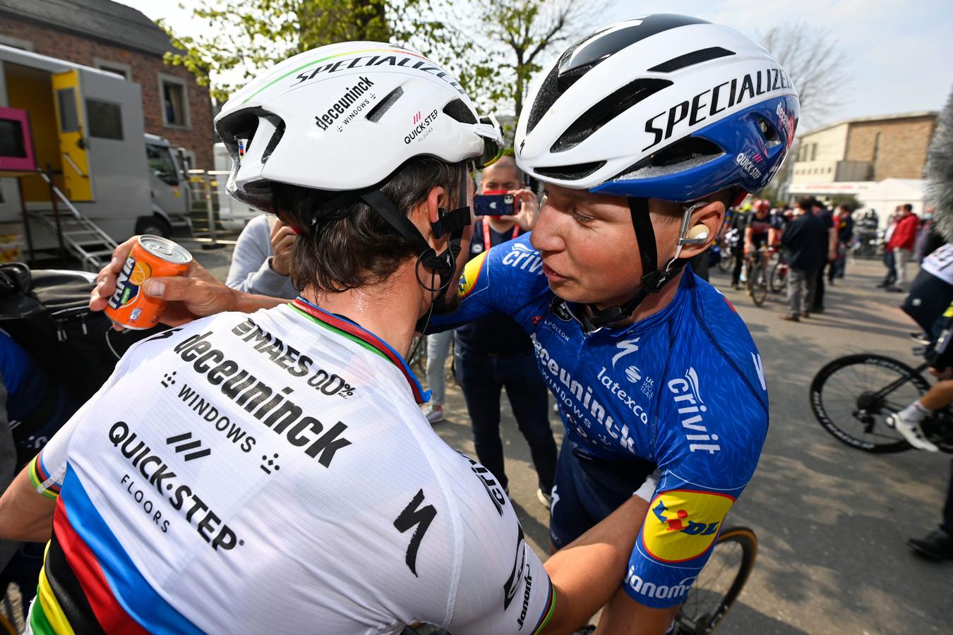 Mauri Vansevenant feliciteert ploegmaat Alaphilippe.