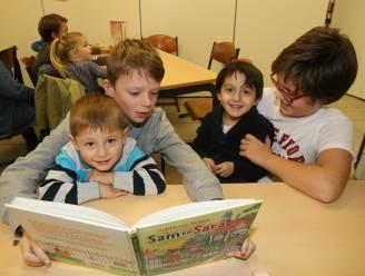 """Klassen krijgen week lang 'feestkoffer' van bibliotheek: """"Als de klas niet naar de bib mag, komt de bib gewoon naar de klas"""""""