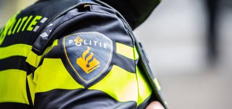 Man (49) verzet zich tijdens aanhouding in Hengelo en spuugt twee agenten in het gezicht